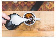 (直接用奶冲到茶里,还会配点心~)